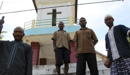 Para-jemaah-muslim-yang-turut-membantu-membangun-gereja