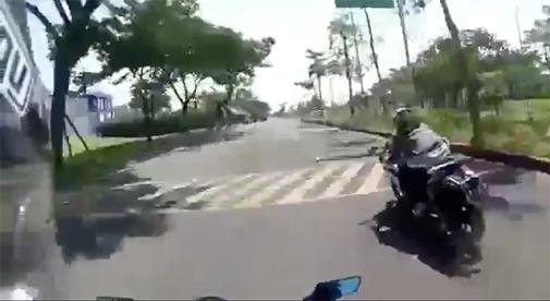 Video] Motor Lagi Ngebut di Jalan Perumahan, Tiba-tiba Ada Mobil ...